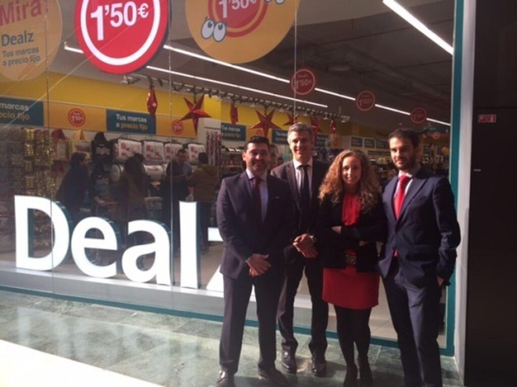 Equipo de Dealz España en la apertura de la tienda