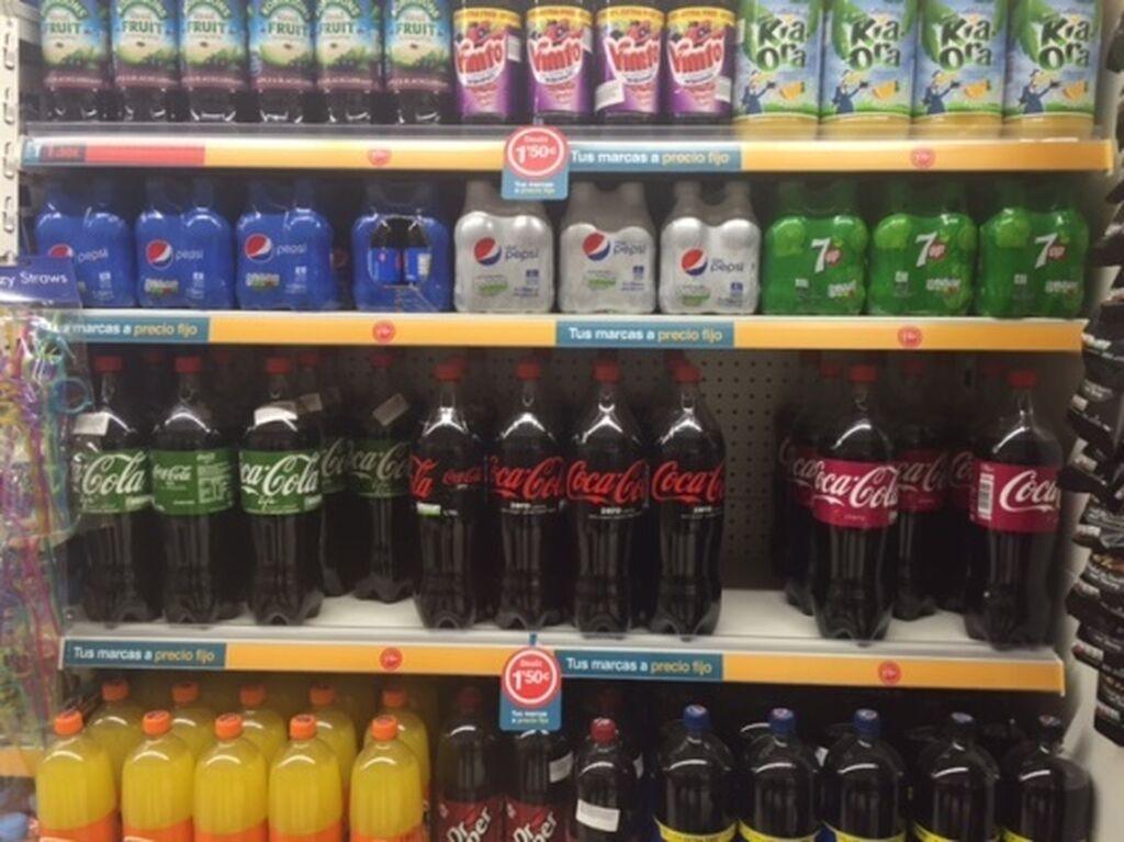 Lineal de refrescos, con algunos sabores de Coca-Cola poco habituales en los lineales españoles