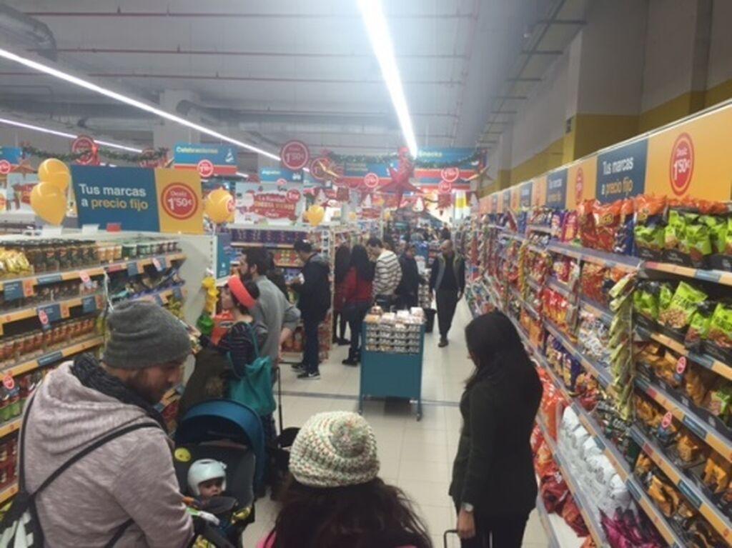 Los primeros clientes en la tienda Dealz Islazul
