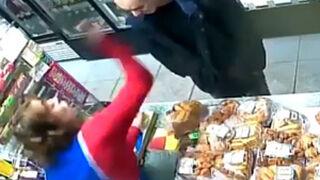 Defiende su tienda con una calculadora ante un ladrón armado