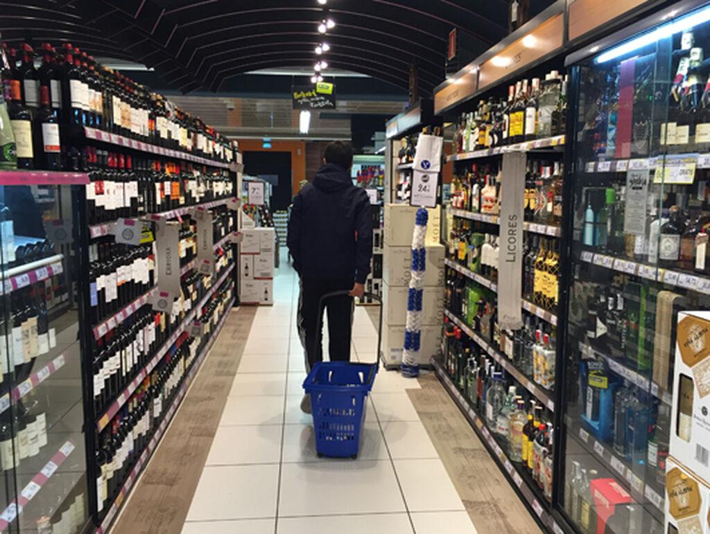 Un joven pasea por la sección de bebidas