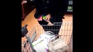 ¿Cuántos productos esconde esta ladrona entre su ropa?