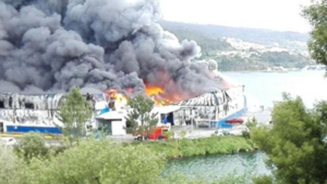 Un peligroso incendio arrasa la nave de Fandicosta en Moaña