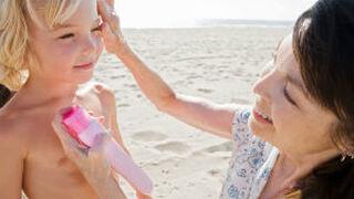 ¿Son eficaces las cremas solares para niños compradas en el súper?