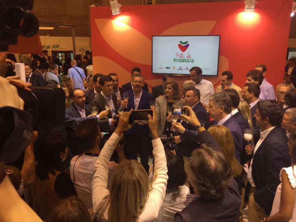 La ministra Fátima Báñez, en el stand de Fruta de Andalucía, cooperativa que reúne a 8 empresas de Huelva