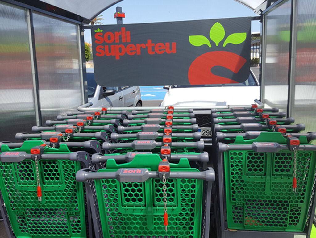 Imagen de los carritos de Sorli antes de la entrada al supermercado
