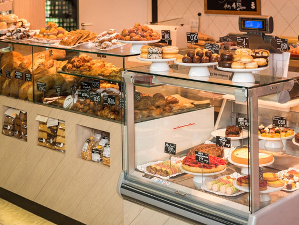 Sección de panadería y pastelería, con bollería fresca