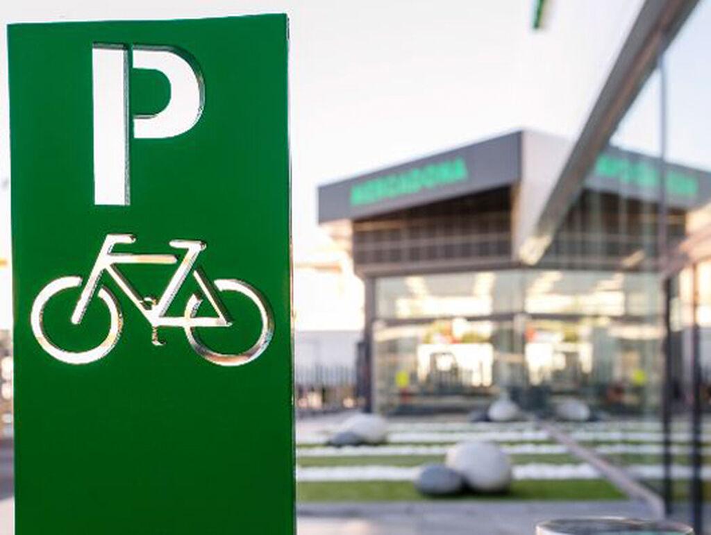 En el exterior, parking también para las bicicletas