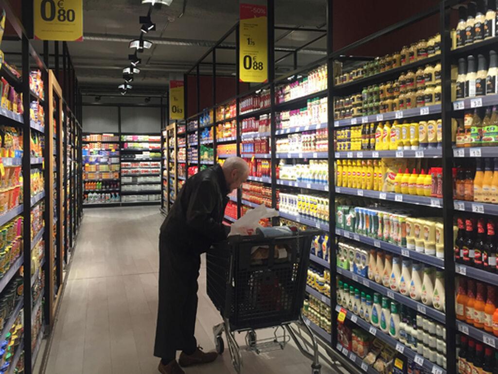 Un cliente compra en el supermercado