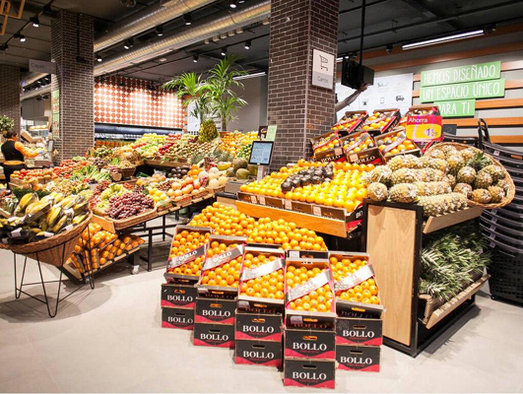 La frutería, a la entrada del supermercado dispuesta a seducir a los clientes