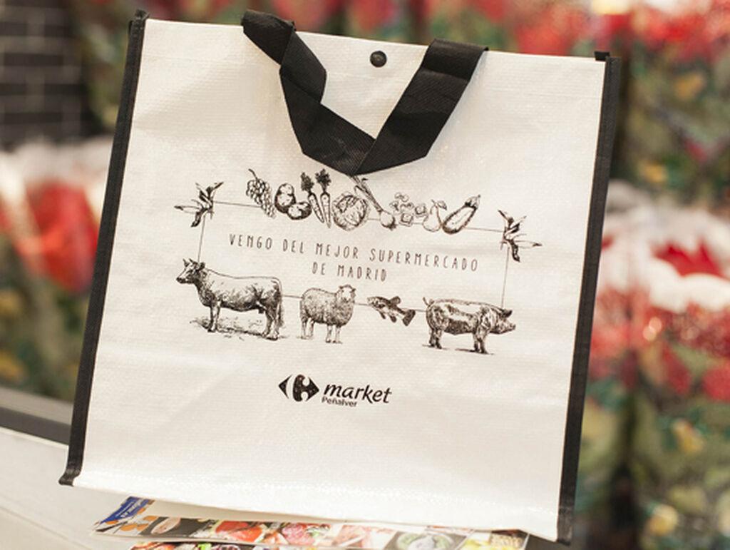 """""""El mejor supermercado de Madrid"""", dice Carrefour en una de sus bolsas"""
