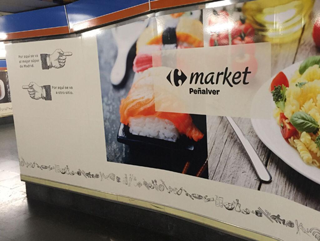 En el metro madrileño, anunciando cómo ir al Carrefour Market