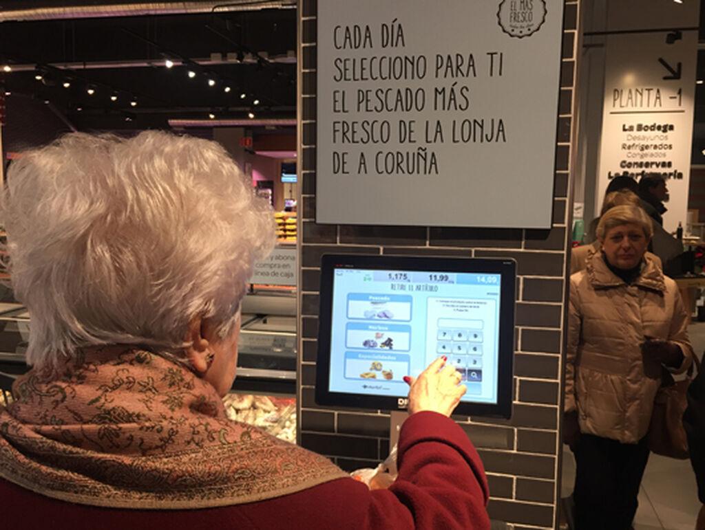 Una mujer pesa un producto escogido en pescadería