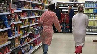 Hacer la compra en pijama... ¿hay que prohibirlo en los supermercados?