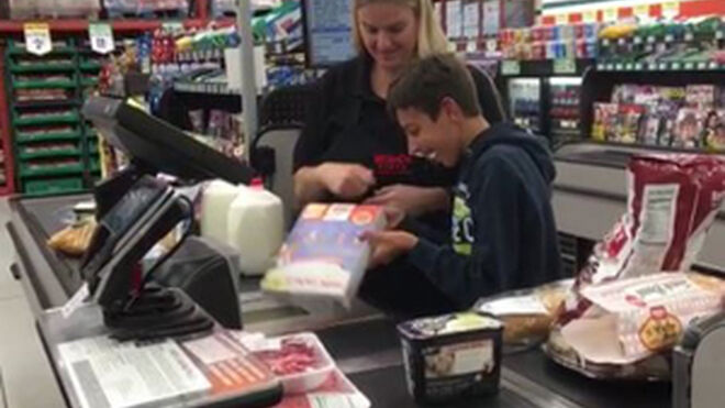 Otra cajera de supermercado cuyo gesto emociona a miles de personas