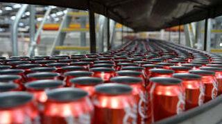 Hallan heces humanas en latas de Coca-Cola en Irlanda del Norte