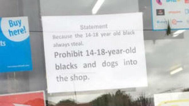 """Un súper australiano prohíbe la entrada a """"jóvenes negros y a perros"""""""