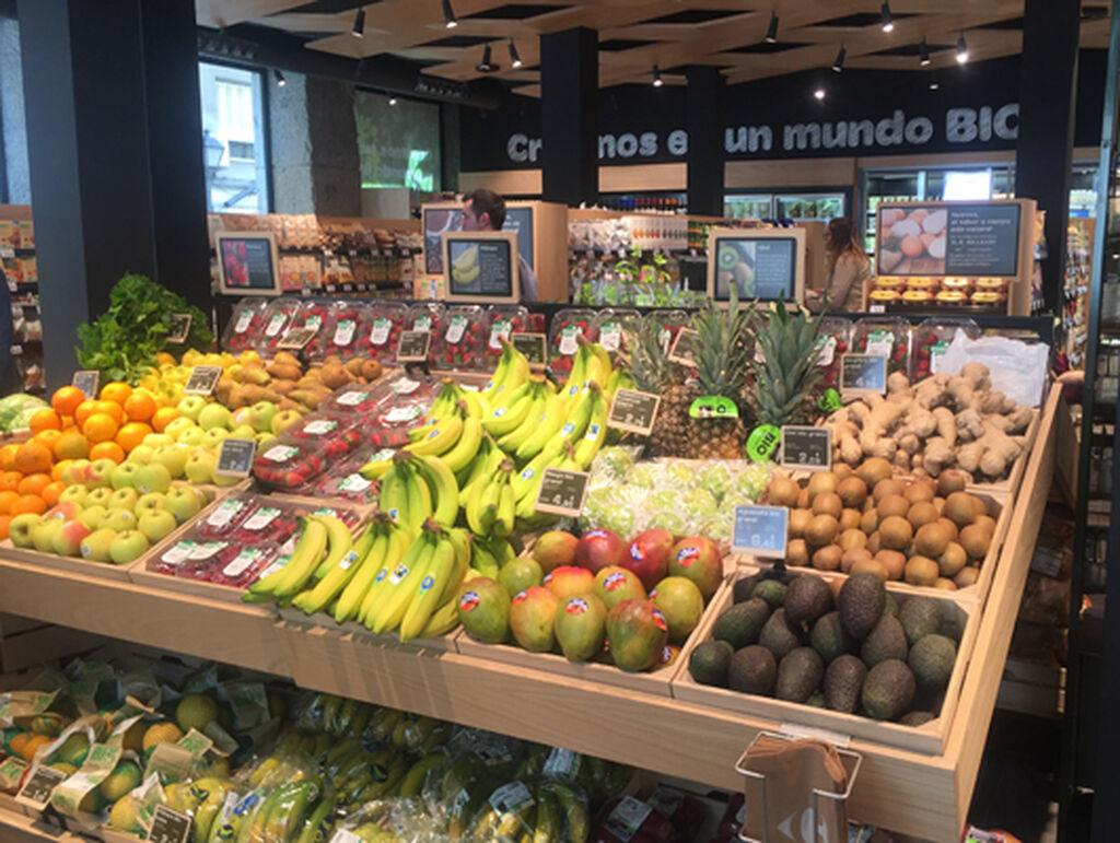 Estante de frutas y verduras en el centro del supermercado