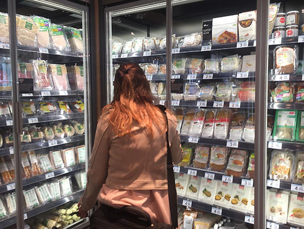 Una compradora decide qué producto escoger
