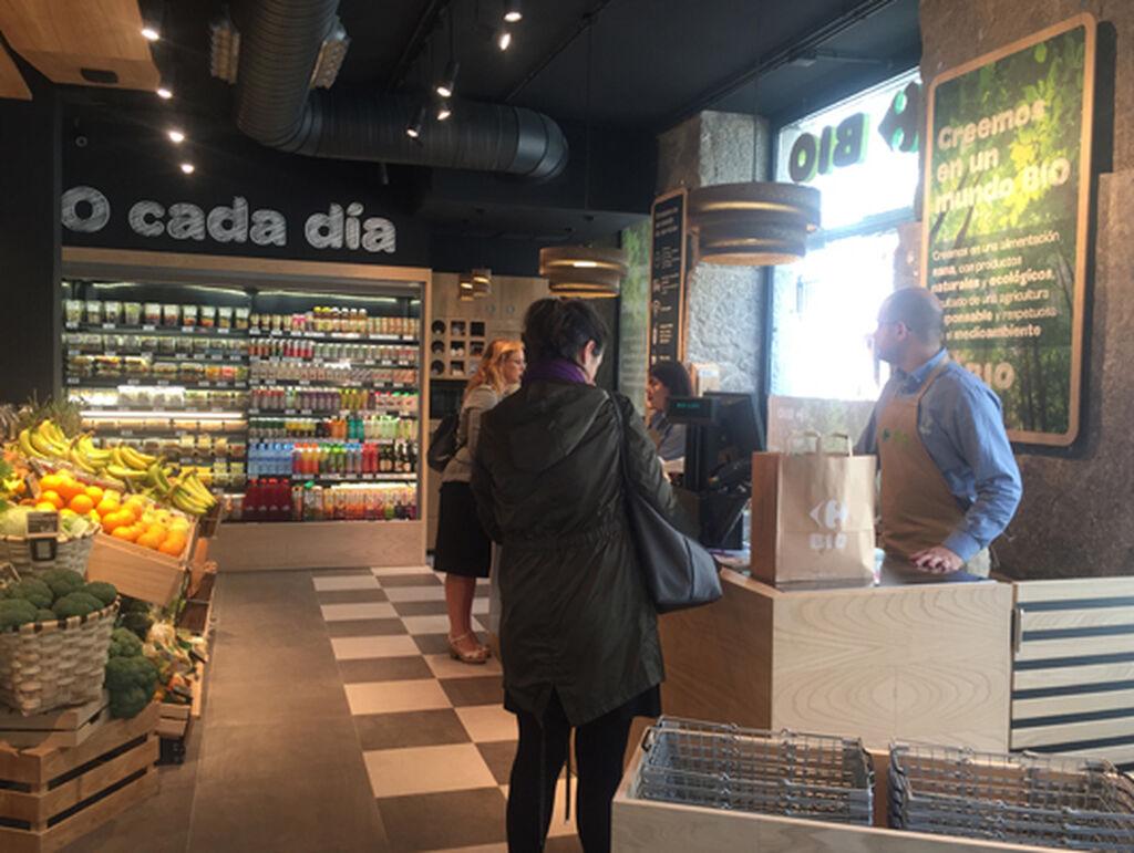 Una compradora entra en el Carrefour Bio