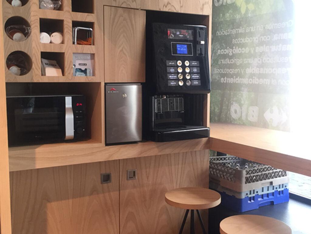 El supermercado ofrece un espacio para hacer una parada en las compras y tomar en el momento un café ecológico