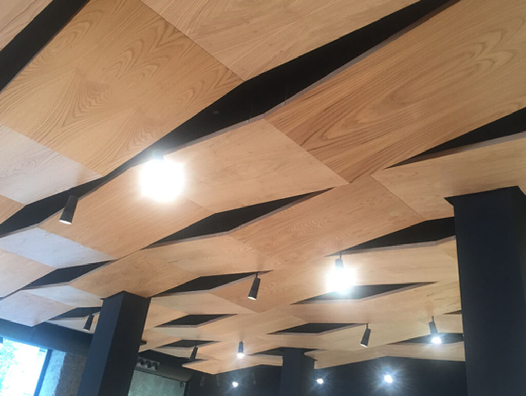 El techo simula el típico trenzado de una cesta