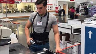 ¿Es el cajero de supermercado más guapo del mundo?