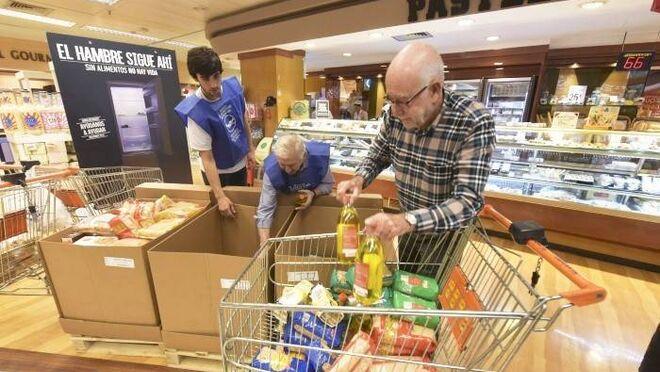 Donación de alimentos en un supermercado