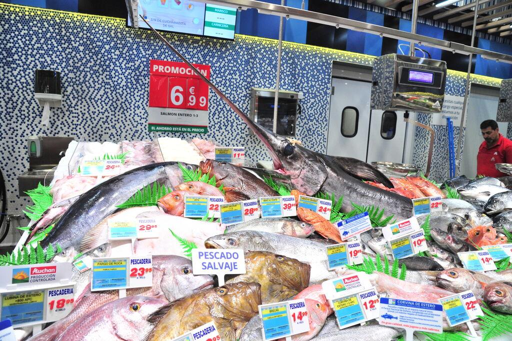 Pescado de gran variedad en el hipermercado