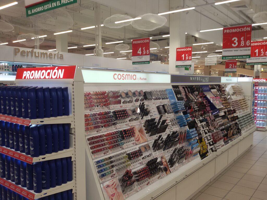 Sección de perfumería y cosmética, con estantes más bajos y luminosos