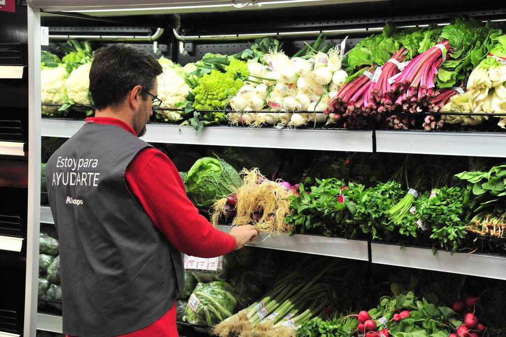 Un empleado de Alcampo inspecciona la sección de verduras