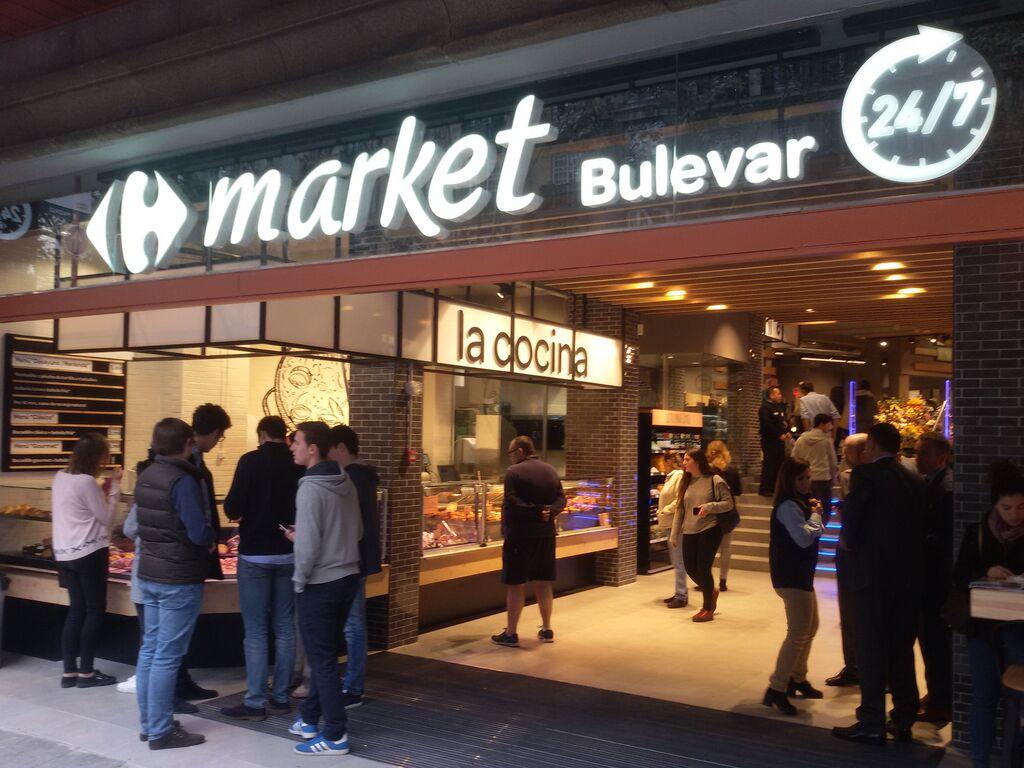 Entrada al Carrefour Market Bulevar en el número 56 de la calle Alberto Aguilera