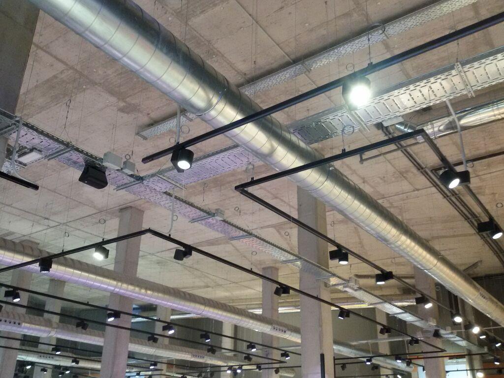 Imagen del techo del Carrefour Market Bulevar, similar al de cualquier almacén