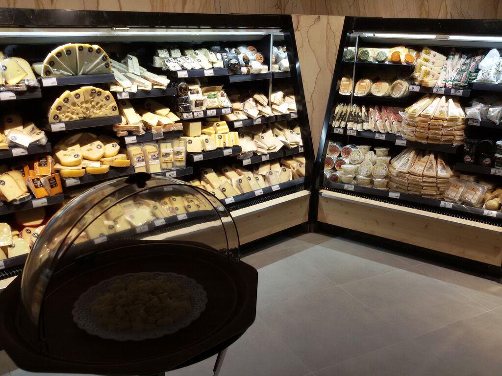 Zona de quesos con un punto de degustación