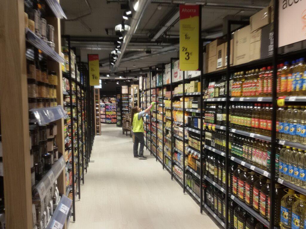 Una empleada coloca varios productos en uno de los pasillos del Market Bulevar