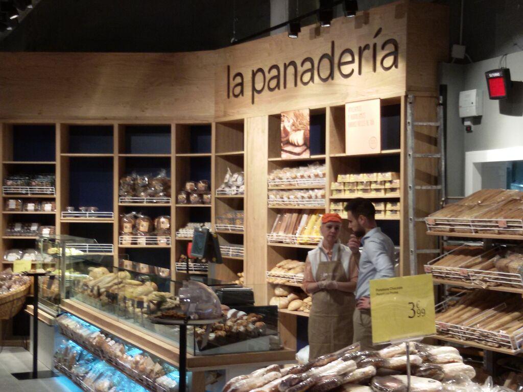 En la panadería se amasa y se elabora el pan diariamente con harina y masa madre ecológica