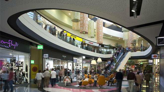 Interior de un centro comercial en España