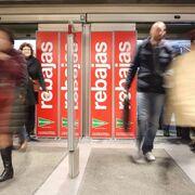 Los españoles, más animados, elevan su gasto en las rebajas