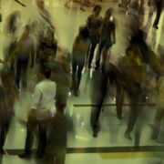 Varias personas en un centro comercial