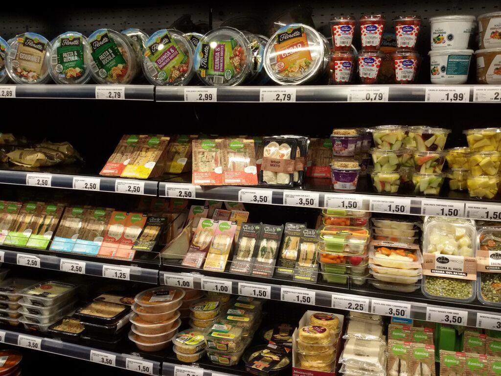Detalle de varios platos preparados listos para comprar y consumir al momento