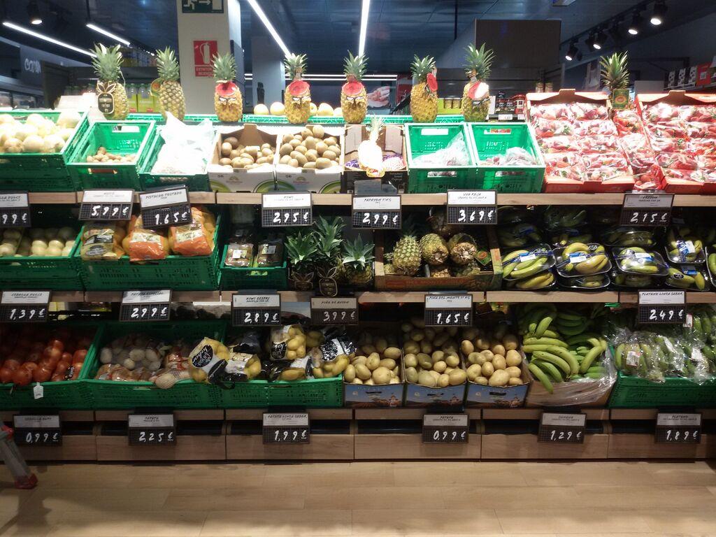 Sección de frutas y verduras, con una gama seleccionada y propia de una tienda de conveniencia