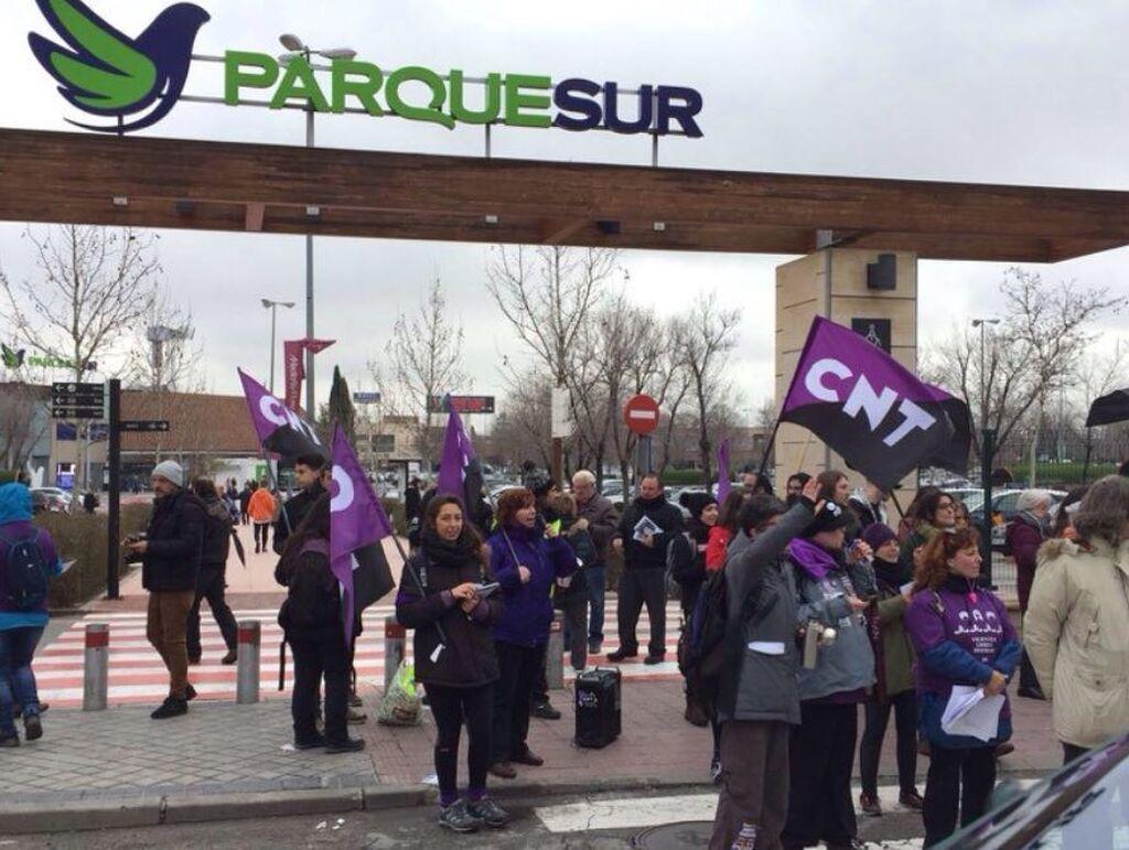 Protesta de CNT ante el centro comercial ParqueSur de Sevilla