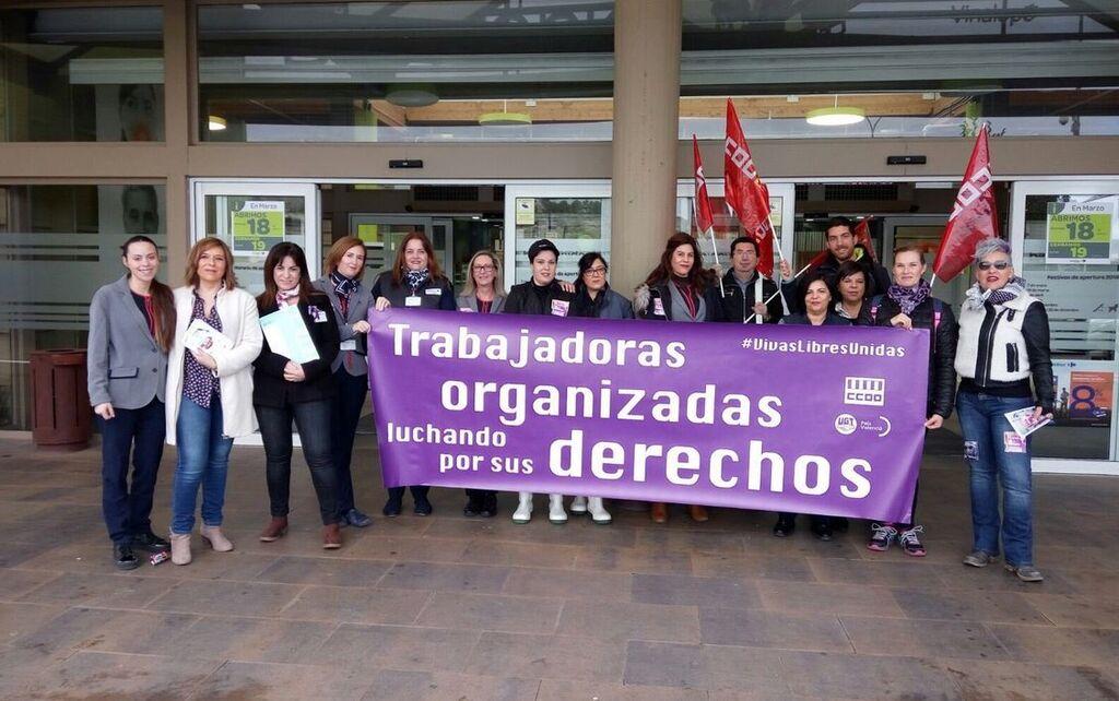 Trabajadores de Carrefour protestan delante de uno de los supermercados de la cadena