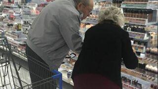 Dos clientes viejennials en un supermercado
