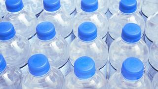 La botella de agua no superará los 1,60 € en los aeropuertos