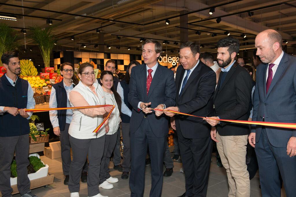 Corte de la cinta inaugural del Carrefour Market Boadilla, que ha abierto sus puestas este 12 de abril