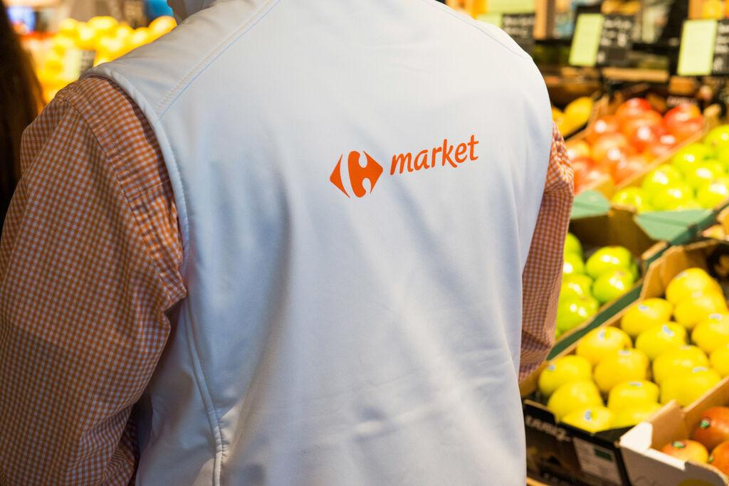 Un empleado de Carrefour Market premium, junto a la sección de frutería