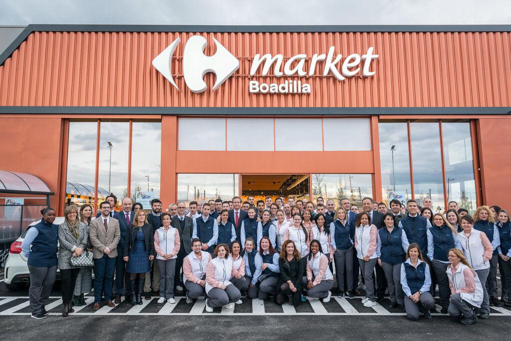 Los empleados de Carrefour Market Boadilla posan ante las cámaras. La tienda cuenta con una plantilla de 68 personas