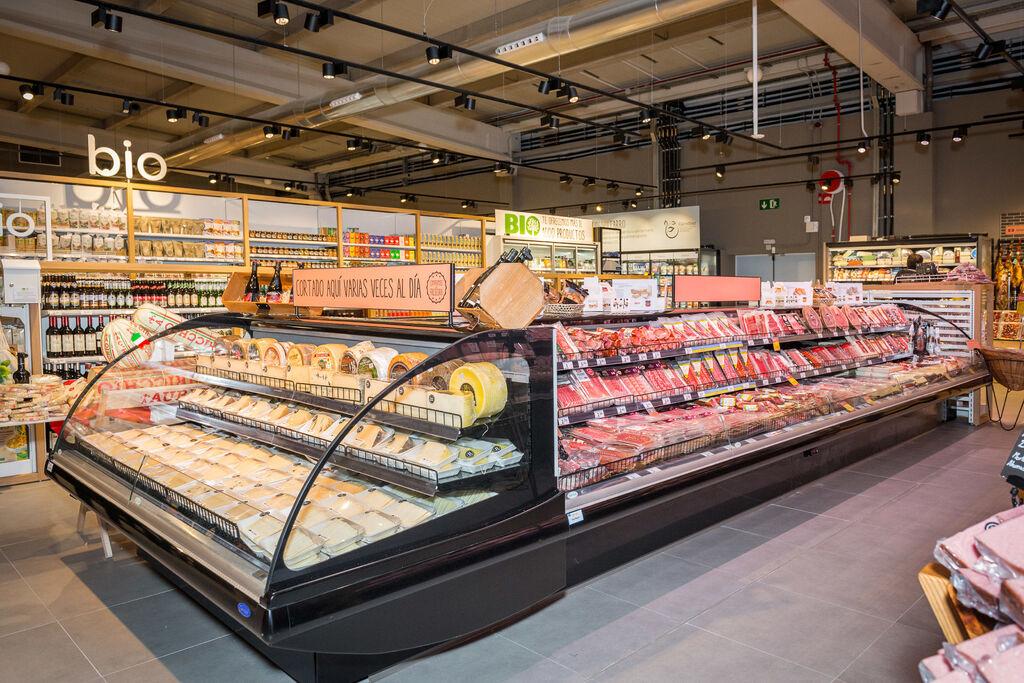 La sección de charcutería luce como pocas veces se ve en un supermercado