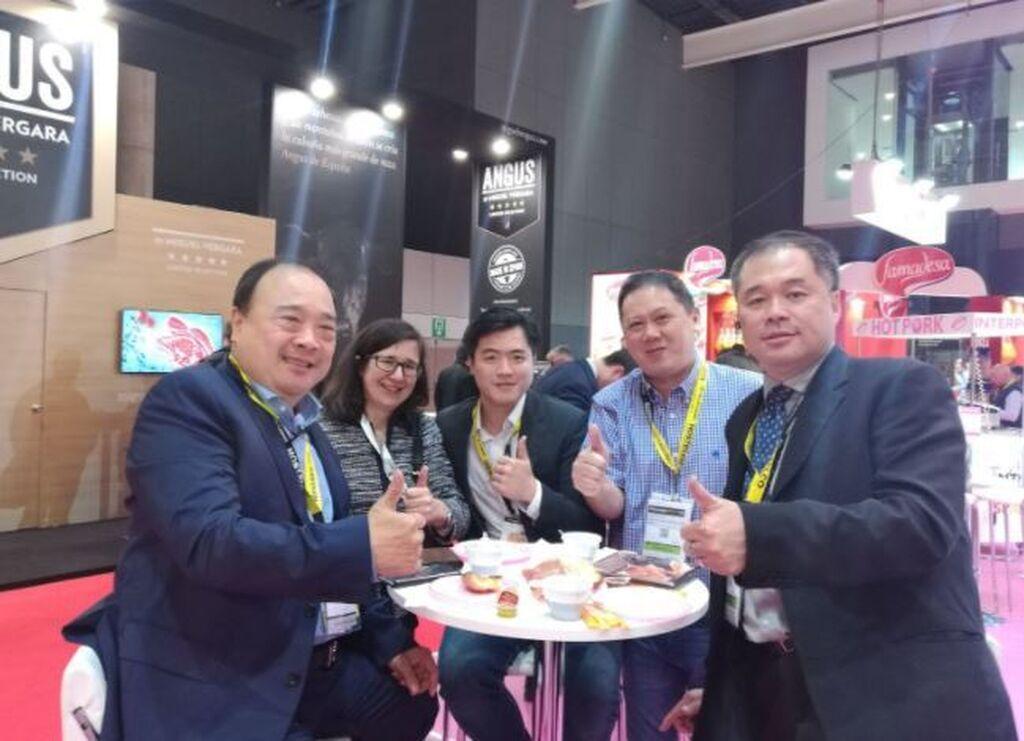 Representantes de Singapur, en el stand de Interporc